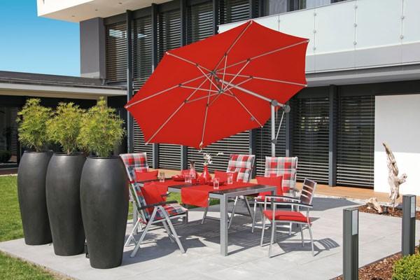 Ampelschirm Sonnenschirm im privaten Bereich exklusiv bei ZEOTTEXX Gartenmöbelausstellung in Bolheim