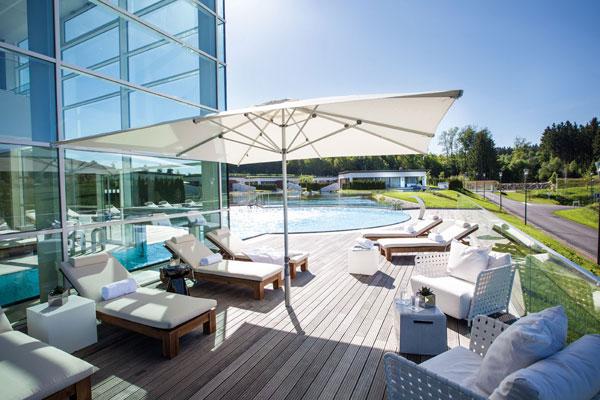 Sonnenschirm in der Gastronomie / Lounge bei ZEOTTEXX Gartenmöbelausstellung in Bolheim