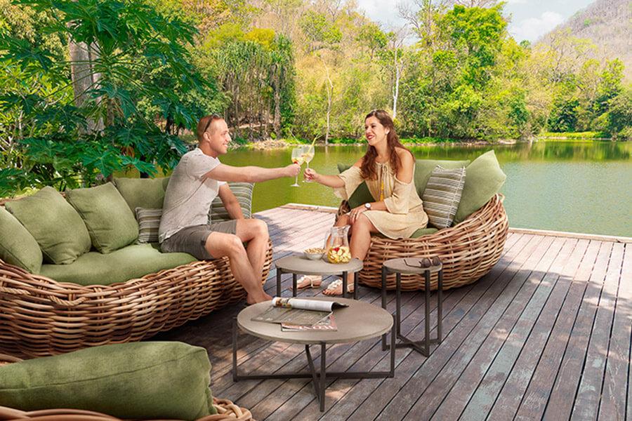 Cocoon Lounge mit Tischen