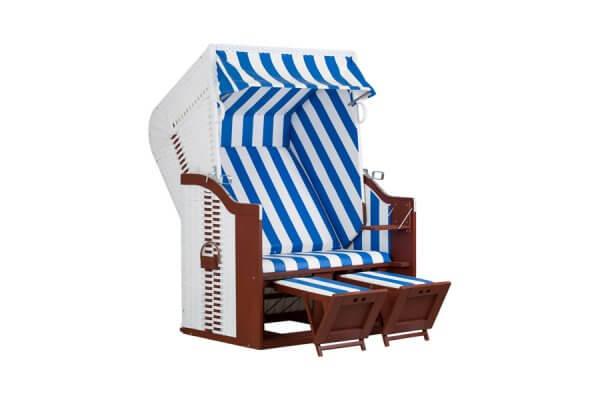 Strandkorb aus weißem Geflecht mit Holz und weiß-blauem Polsterbezug
