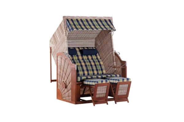Strandkorb mit Holzelementen und zwei Fußablagen, aus Geflecht mit kariertem Polsterbezug