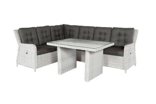 Lounge in eisgrau mit dunklen Kissen