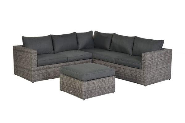 Lounge mit Hocker und dunklen Kissen