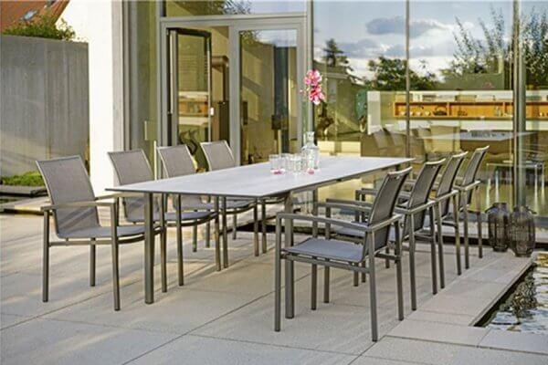 Großer Esstisch von STERN mit acht Stühlen in grau
