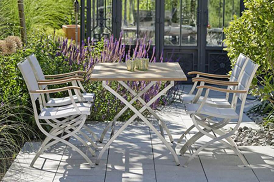 Tisch von STERN mit vier Stühlen, grau m it Holzelementen