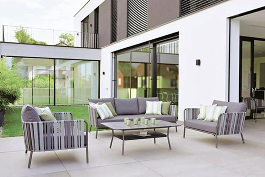 Lounge Space von Stern in Grau mit Zierelementen an den Armlehnen