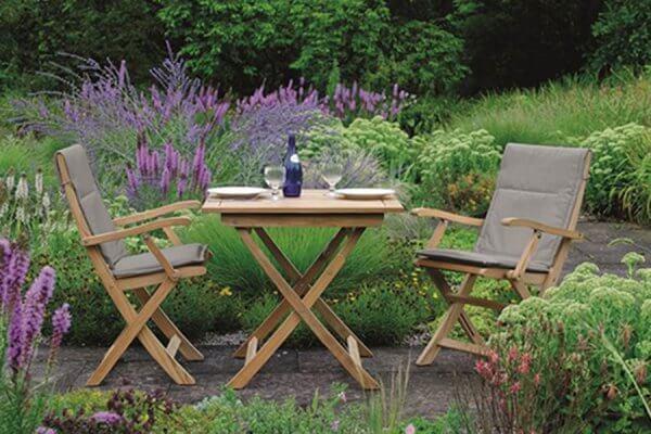 Holztisch Malaga von STERN mit zwei Stühlen