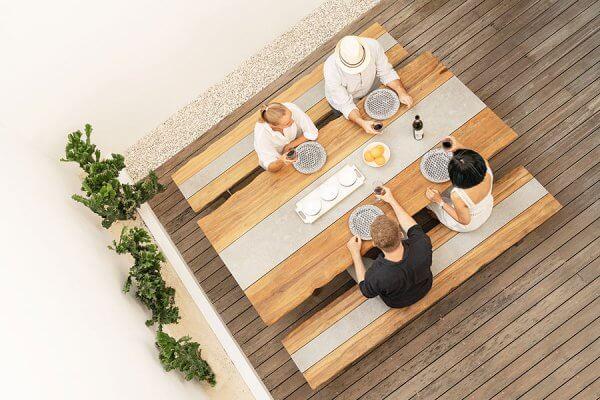 Holztisch mit Zierelement von ZEBRA