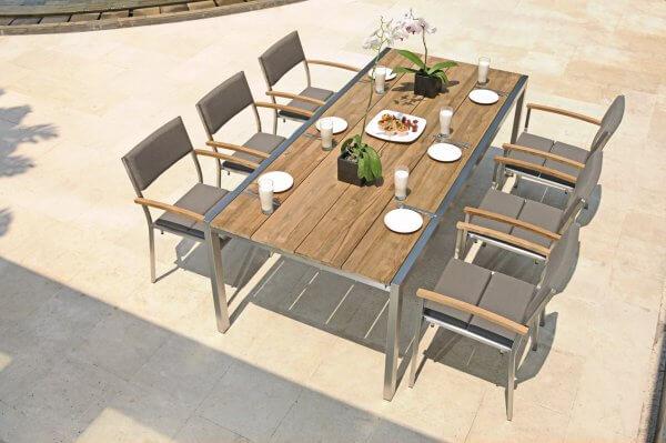 Tisch aus Holz mit Naturoptik und passenden Stühlen mit Polster