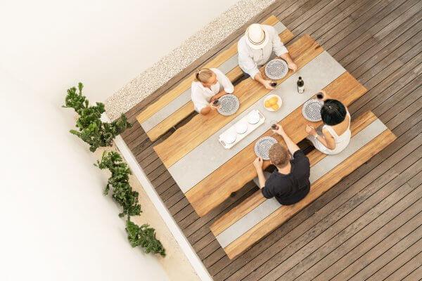 Tischgarnitur aus Holz mit Sitzbänken