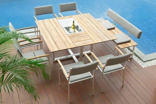 Quadratischer Tisch aus Holz, mit passender Sitzbank und Stühlen