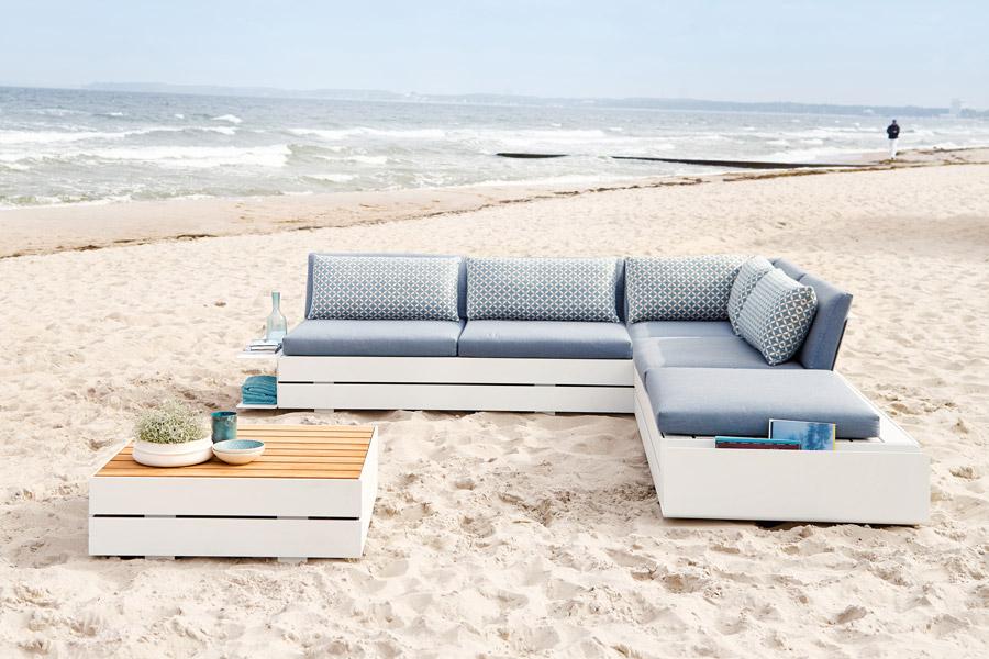 Weiße Lounge aus Holz in L-Form mit quadratischem Tisch