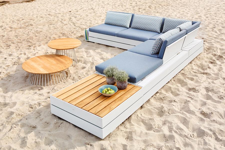 Lounge für Draußen in weißem Holz mit Beistelltischen und blauer Polsterung