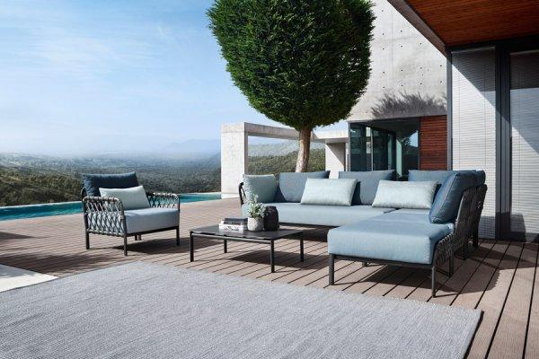 moderne Lounge in L-Form mit passendem Sessel und mit eisblauer Polsterung