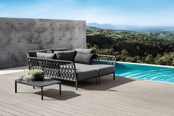 Lounge für Draußen in grau mit Beistelltisch