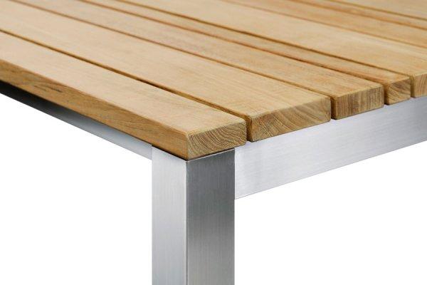 Tischbein und Holztischplatte - Detailaufnahme