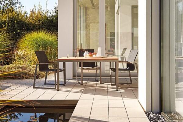 Tisch und Stühle in puristischem Design