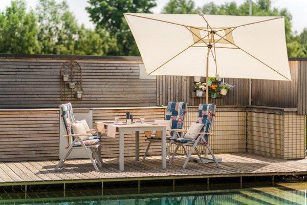 Sitzgarnitur mit Tisch, Stühlen und Sonnenschirm