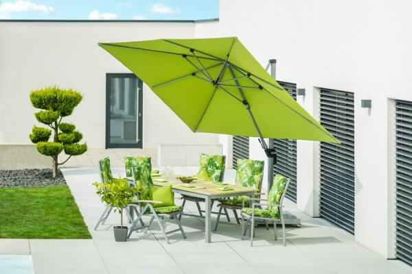 Sitzgarnitur zweifarbig mit passenden Stühlen und mit grünem Sonnenschirm