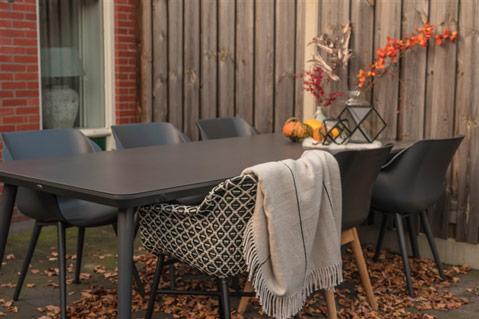 Hartmann Gartentisch mit Gartenstühle im Herbst