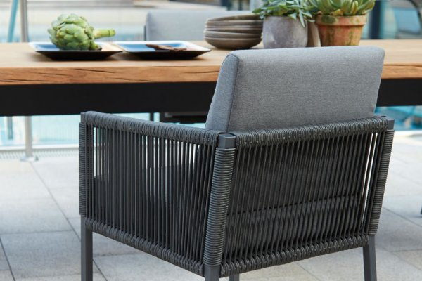 Tisch zweifarbig mit Holzplatte und Stuhl in grau mit Polster