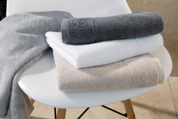 Frottierware Handtücher auf Stuhl bei ZEOTTEXX Gartenmöbelausstellung in Bolheim
