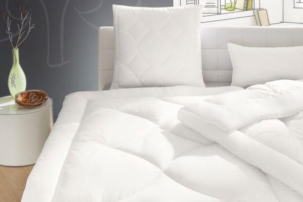 Hochwertige Bettwaren und Kopfkissen bei Gartenmöbelausstellung von ZEOTTEXX